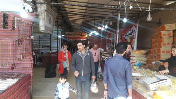 استقبال مسافران نوروزی از نمایشگاه سوغات و هدایای محلی کشور در کاشان