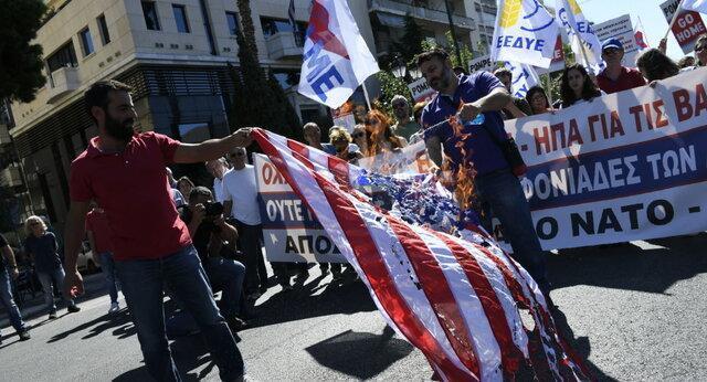 استقبال یونانی ها از پامپئو با آتش زدن پرچم آمریکا