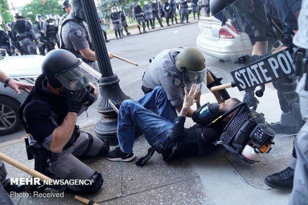 پلیس آمریکا معترضان مردمی را با باتوم مورد ضرب و شتم قرار داد